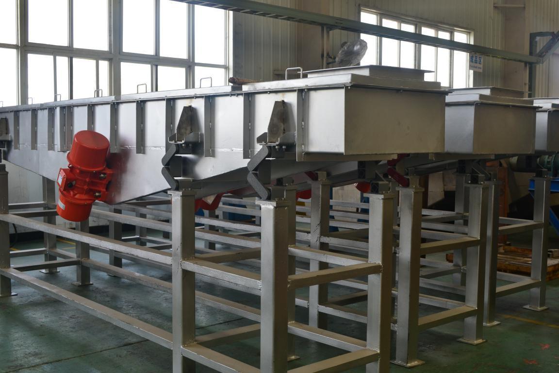 一 概述 GZG自同步惯性振动输送机广泛地用于冶金、化工、建材、食品、环保等行业。 二 产品特点 1、输送中可多点进料、多点排料; 2、密封性好,输送槽可以制成圆管形、矩形和槽形,进出料口采用柔性密封联接方 式,有利于环境保护; 3、可输送物料含水量在10%以下,热料温度一般为300以下,采用风冷后可达 500,采用双层循环水冷却可输送750以下的热料; 4、可无级调节输送量,惯性振动输送机加配电机调速器后不需调整偏心块就可无级调 节输送量。惯性振动输送机可配套制动控制箱,使给料机快速通过共振区迅速